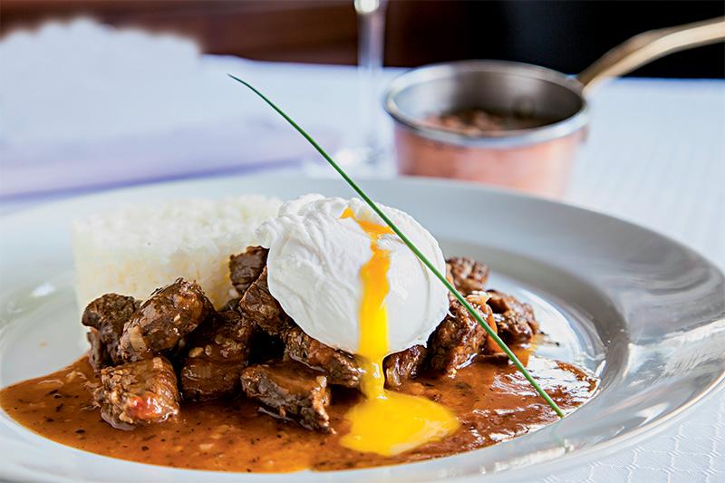 Picadinho de filé-mignon com ovo, arroz e feijão