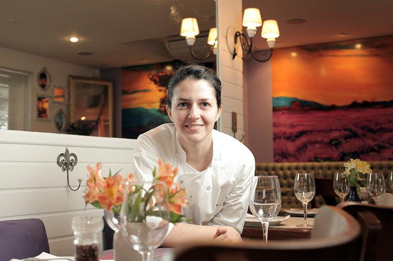 A chef Rubia Coutinho estreia como proprietária do bistrô