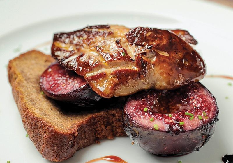 Foie gras com pão de especiarias e figo caramelado