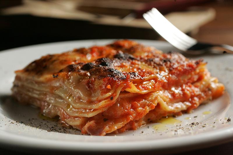 Lasanha mamadi: feita com presunto, queijos mussarela, parmesão e provolone, finas camadas de massa e molho de tomate