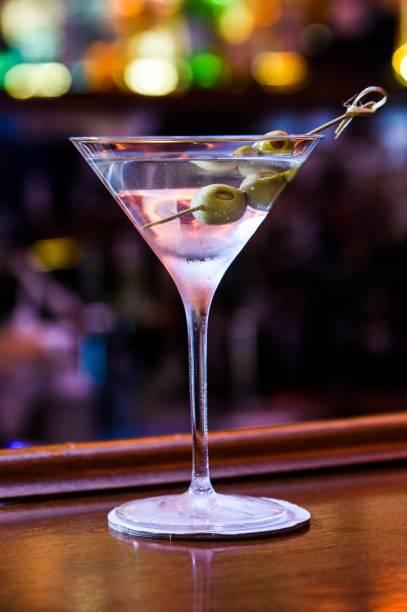 O clássico dirty martíni surge com três azeitonas recheadas de anchova e pimentão