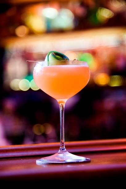 Chamado de billie holiday, o drinque combina tequila, vermute, Aperol, purê de pepino, licor de laranja e limão