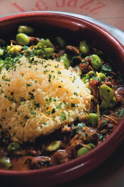 Especialidade do francês, a tagine de cordeiro é acompanha por legumes e cuscuz marroquino