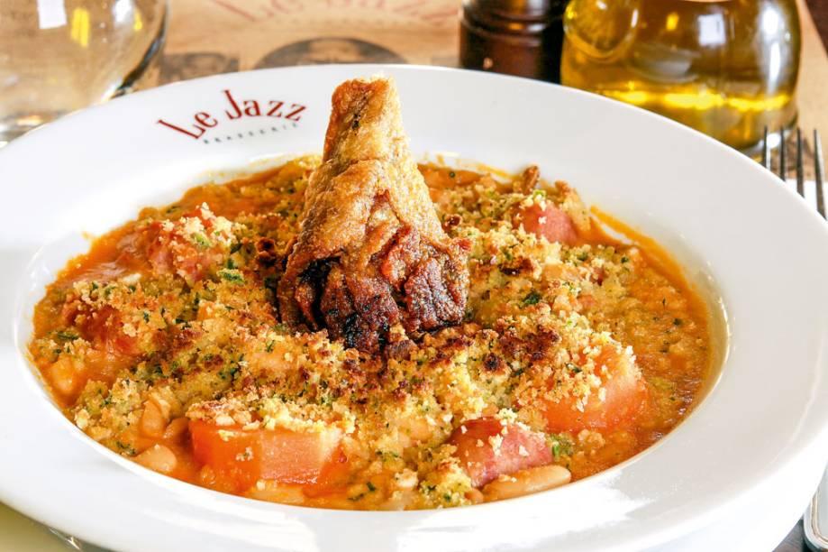 O cassoulet, cozido francês preparado com feijão branco, é servido com confit de pato, linguiça e cenoura