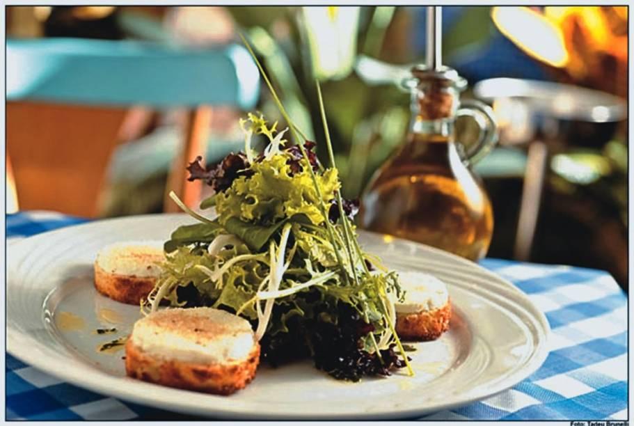 Salada de queijo de cabra, vinagrete de mel e nozes