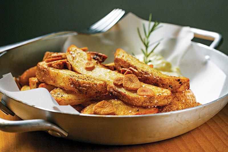 A boa porção de batata frita com casca: cozinha caprichada