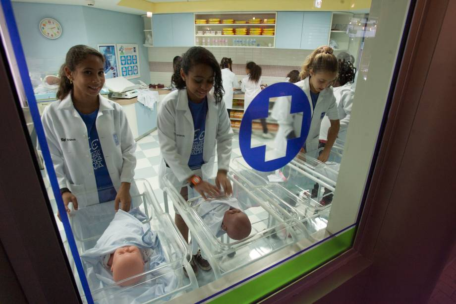 Meninas trabalham na maternidade