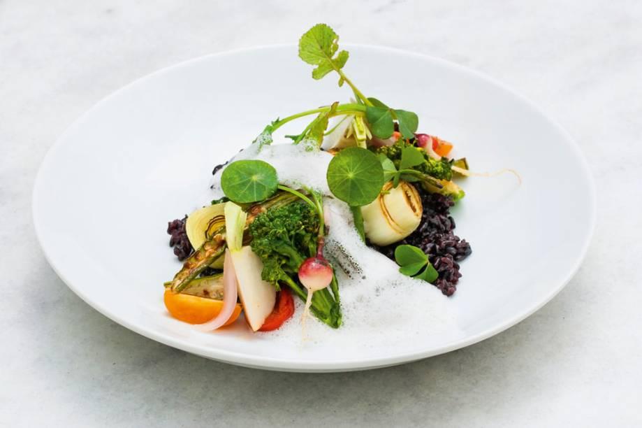 Arroz negro coberto com legumes tostados, finalizado por emulsão de castanha-do-pará