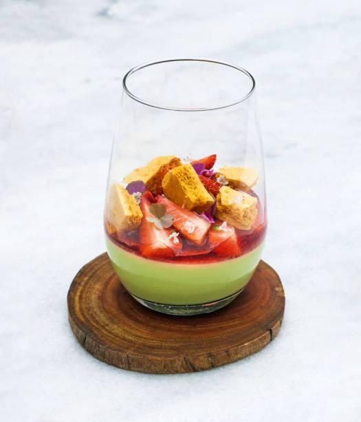 Bavaroise coberta por gelatina de ágar-ágar com morango fresco e caramelo aerado