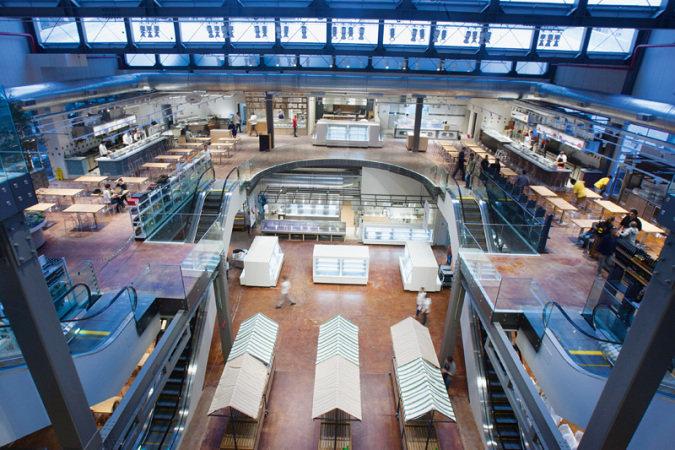 Atração na Avenida JK: centro de compras com pisos vazados numa área construída de 4 500 metros quadrados