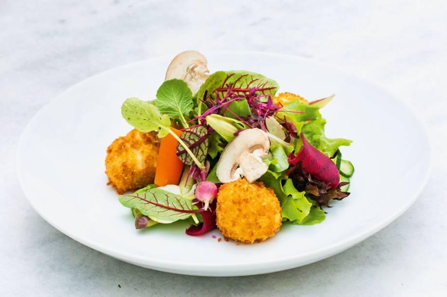 Croquetas recheadas de cogumelos, acompanhadas de salada verde com brotos