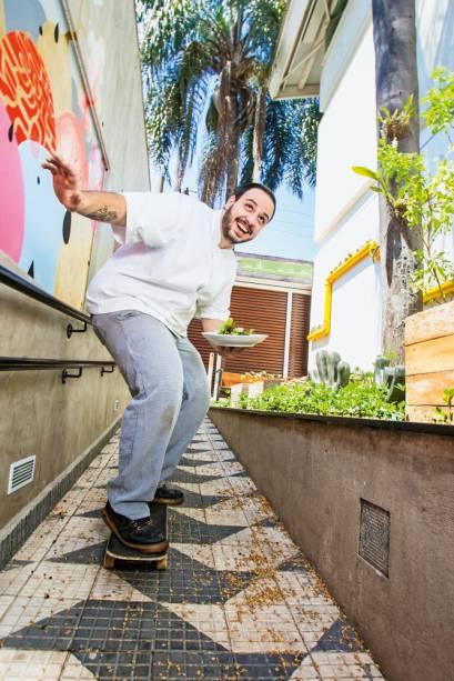 Skatista nas horas vagas, o chef Victor Dimitrow cultiva e colhe as hortaliças