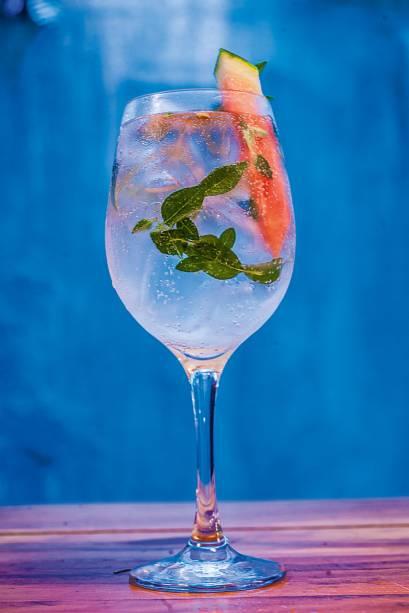 O drinque fresh basil leva gim, tônica, manjericão e uma fatia de melancia