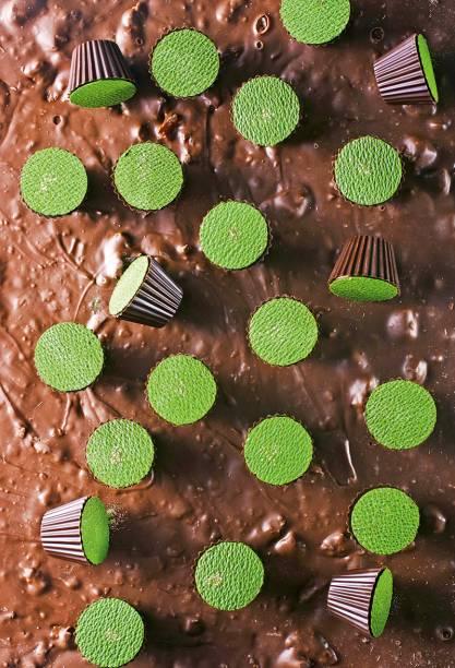 Acabamento primoroso: opção de cachaça de jambu tem um verde intenso