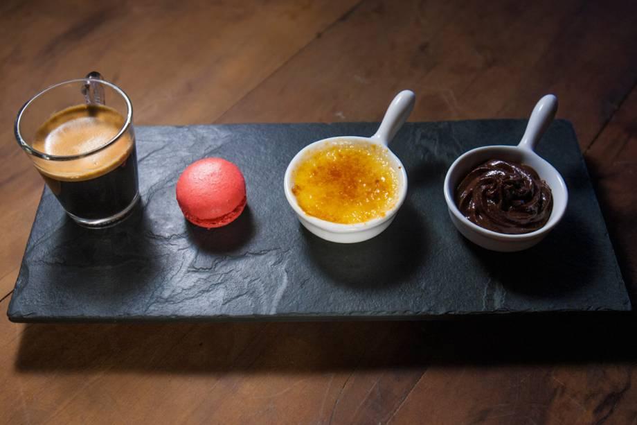 Café gourmand: expresso com macaron de frutas vermelhas, musse de chocolate e creme brûlé em tamanho míni