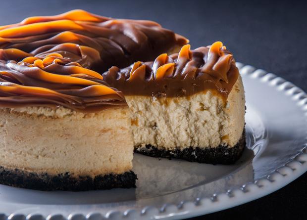 Cheesecake com base de biscoito de chocolate e cobertura de doce de leite