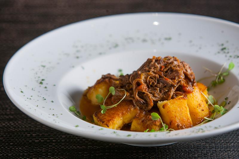 Nhoque de batata com tangerina ao ragu de costela