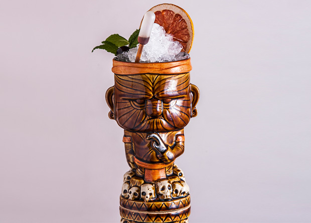 Tormenta perfecta: rum, conhaque, mel, pólen, sucos cítricos e ginger beer