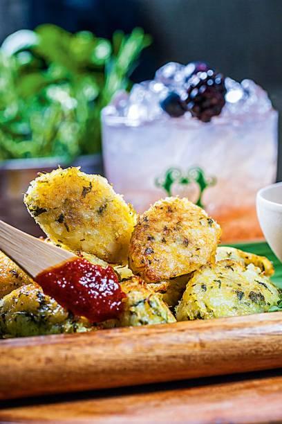 Petiscos quaaaase light: bolinho de arroz e bacalhau assado