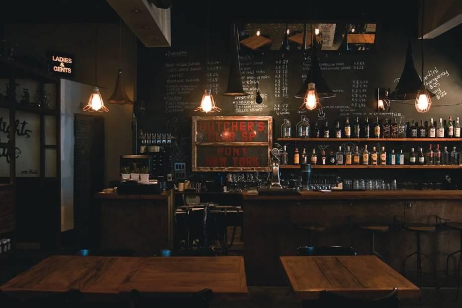 Iluminação suave e jeitão despojado: clima de bar