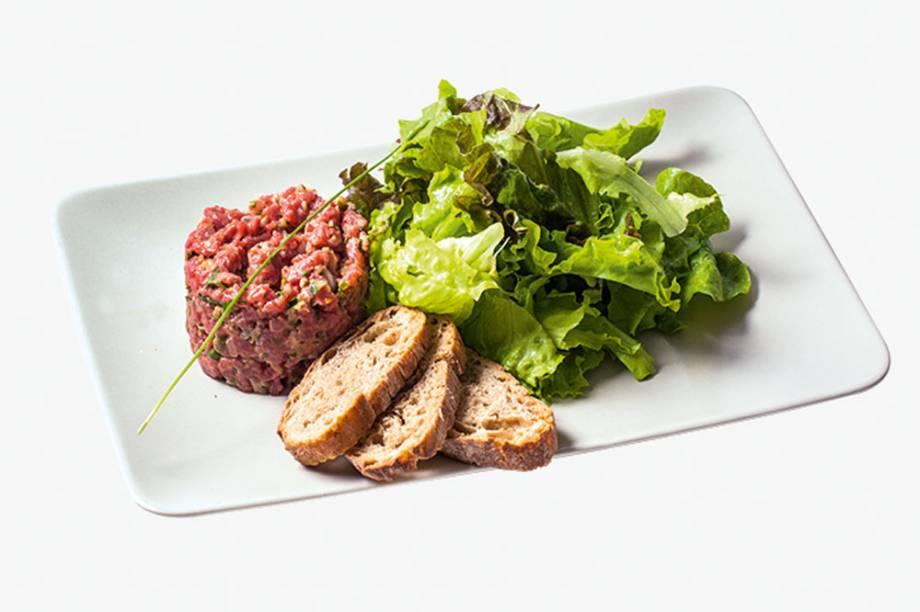 Steak Tartare: com pão e salada, é preparada com alcatra
