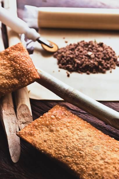A fritura de carne: massa sequinha e crocante