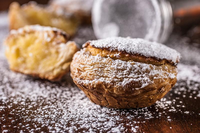 No recheio do pastel de torres entram creme de ovos mais feijão-branco e farinha de amêndoa