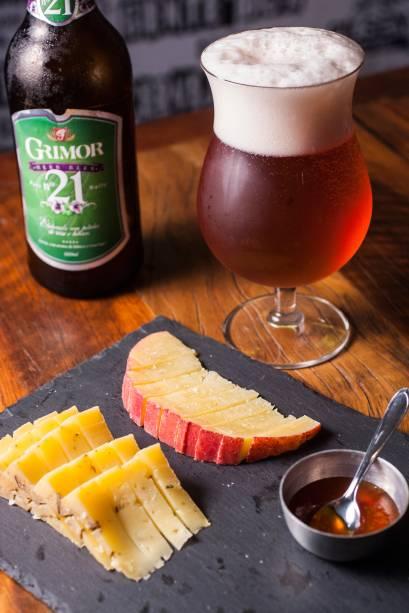 Porção de queijos: o único item mastigável do bar