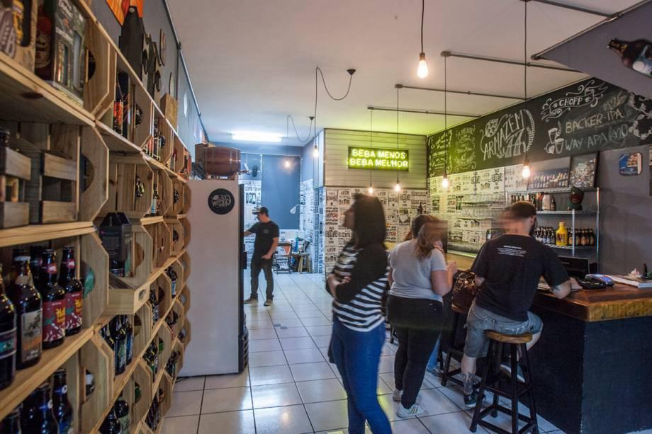 Nas prateleiras e refrigeradores distribuem-se 250 rótulos de cerveja, todos nacionais