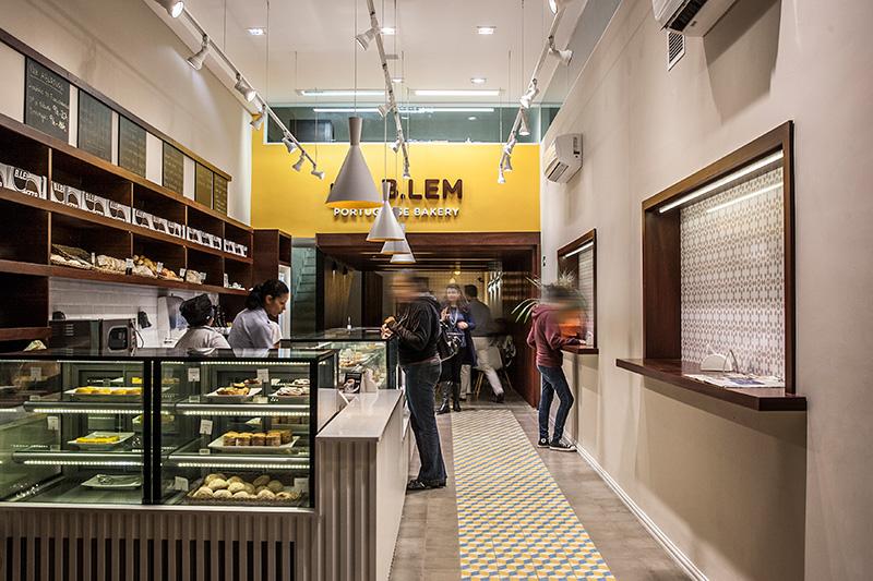 O salão da loja, misto de padaria e confeitaria na Vila Nova Conceição