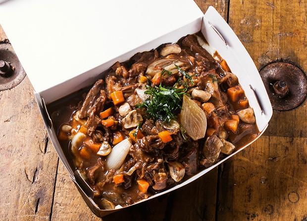 Rabada desossada acompanhada de purê de batata e couve frita