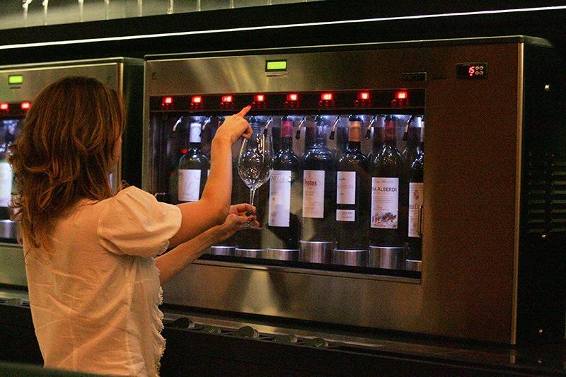 Uma das máquinas Enomatic usadas para acondicionar as bebidas: cliente se servindo direto na máquina