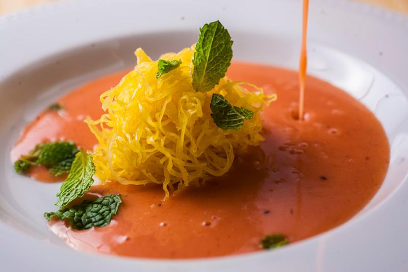 A sopa de morango ganha acréscimo de fios de ovos