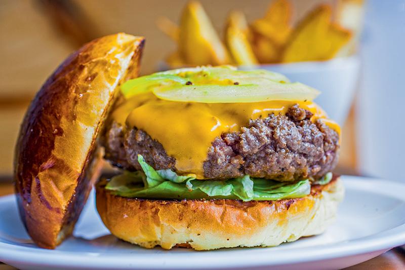 Classic burger: acertada versão de 140 gramas com cheddar, maionese de manjericão, alface e tomate dentro de um brioche