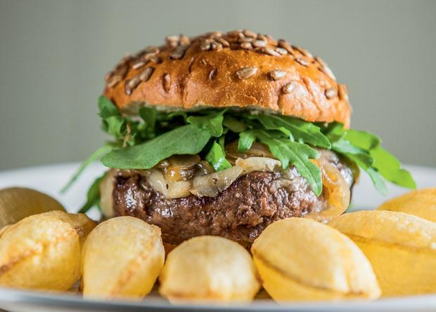 Hambúrguer com rúcula, cebola e pão com sementes de girassol: pegada pop