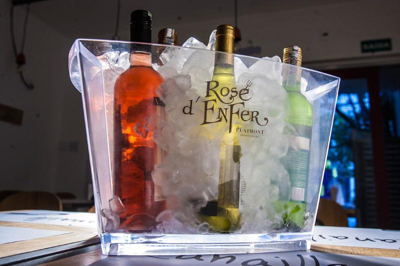 A carta possui mais de 50 rótulos de vinhos
