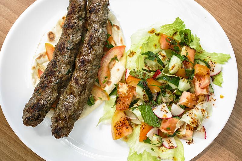 Duo de cafta com salada fatuche, que pode ser substituída por tabule