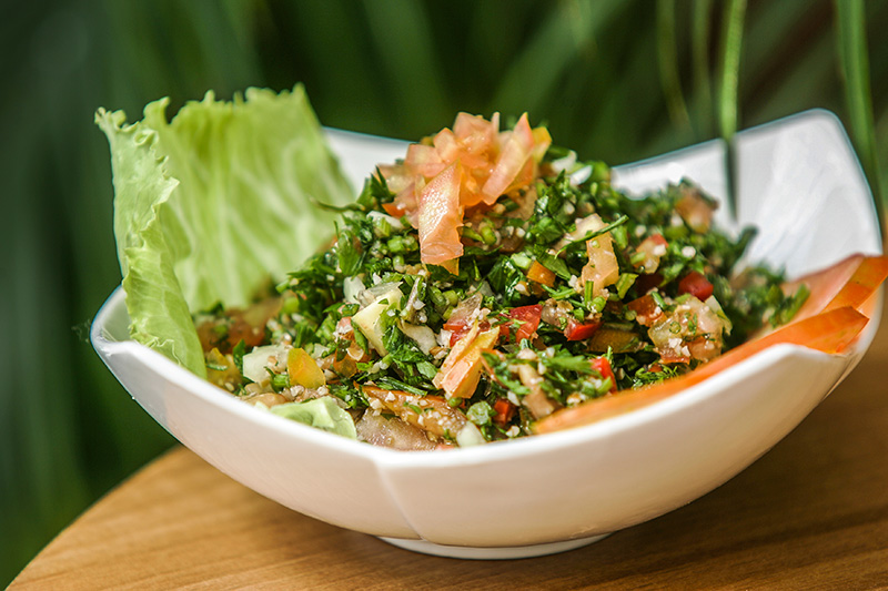 O tabule, deliciosa salada de salsinha com um toque de trigo e de tomate