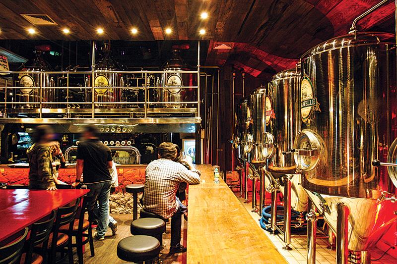 Os tanques de fermentação: a casa fabrica o próprio chope
