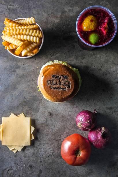 Batata importada, limonada vermelha, logo da marca nos pãos, queijo processado e bons hortifrúti
