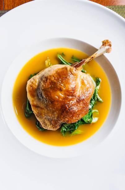 Antiga criação do chef francês, o pato no tucupi com um toque de laranja entra agora no cardápio
