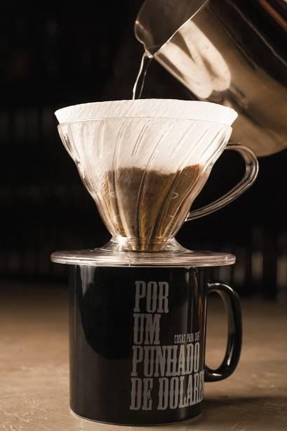 Café coado: xícara bem servida de pó nacional