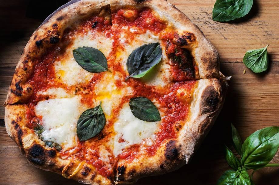 Margherita: molho de tomate, mussarela de búfala e parmesão