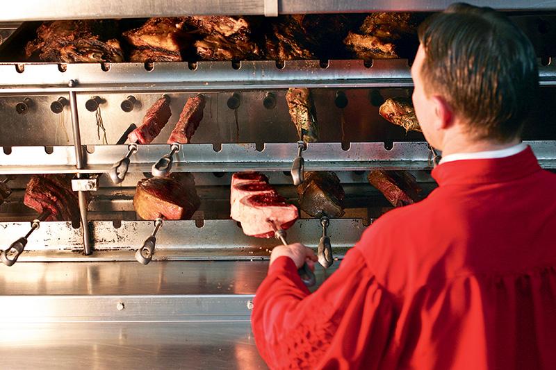 As carnes vão para uma churrasqueira de 7 metros