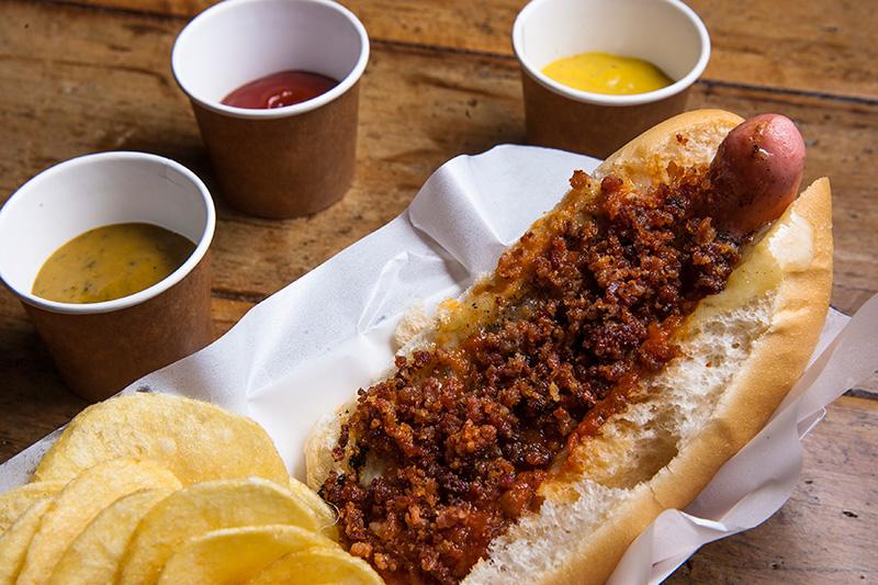 De tamanho menor, o panchito traz salsicha de 12 centímetros, queijo mussarela, bacon e molho de tomate