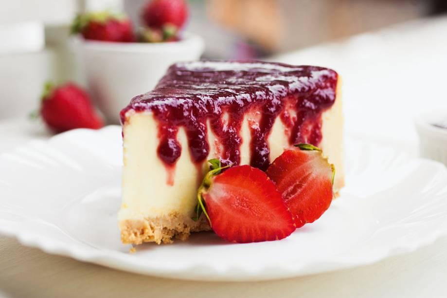 Cheesecake: a calda de frutas vermelhas é uma das nove coberturas