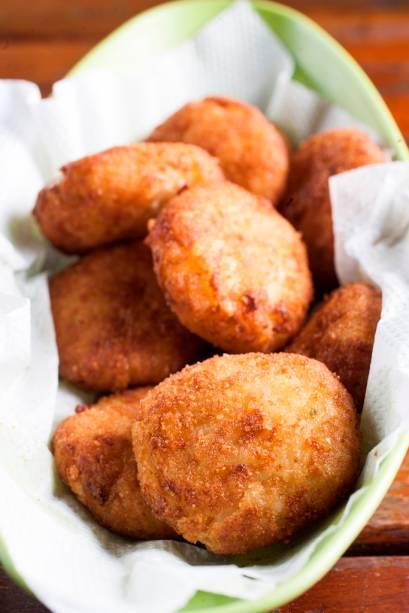 A porção de bolinhos de arroz, alho-poró, mussarela e parmesão é chamada de bárbara