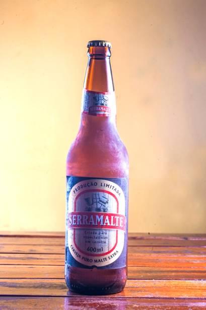 Em meio a tanta cantoria, umedecem a garganta as cervejas em garrafa, como a Serramalte