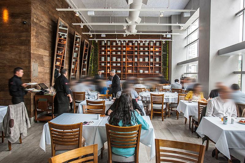 Com entrada de luz natural, o restaurante fica na sobreloja de um edifício comercial