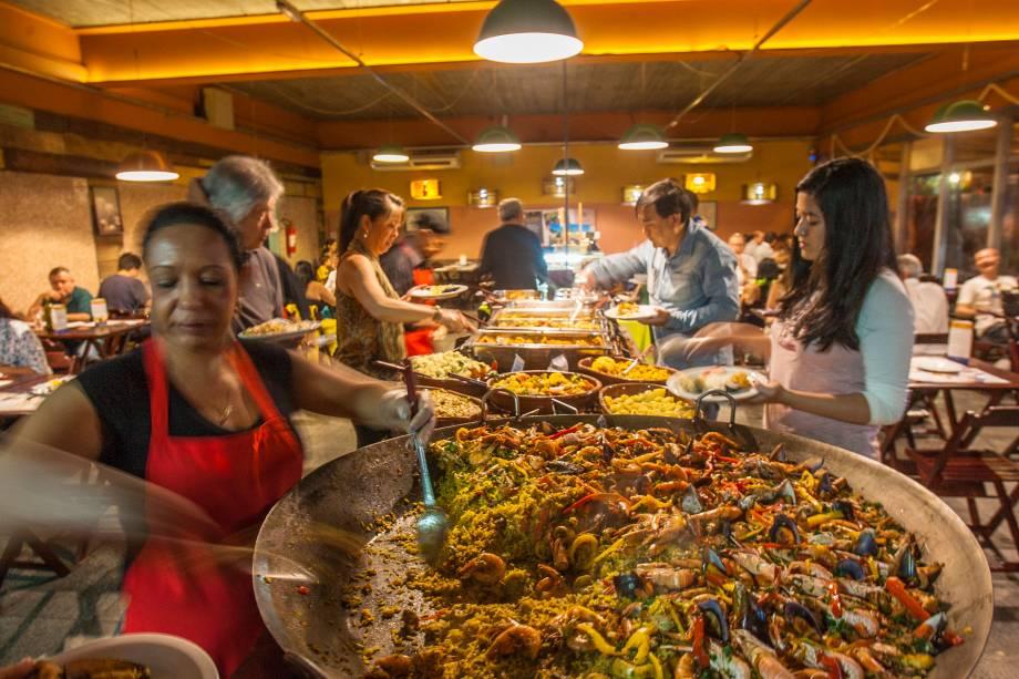 A vistosa paella: falta sabor, mas é possível levar uma foto do prato de souvenir